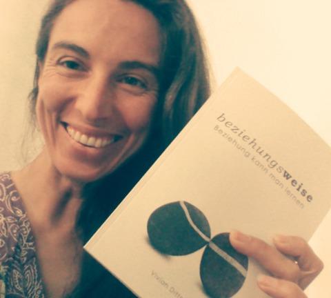 Foto von Vivian mit Buch beziehungsweise